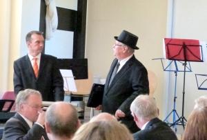 """""""Rechtspfleger"""" Roland Ruppel versucht vergeblich, dem Vorsitzenden Frank Kothe (links) die Versammlungsleitung zu entreißen. Foto: Reinhart Stoll"""