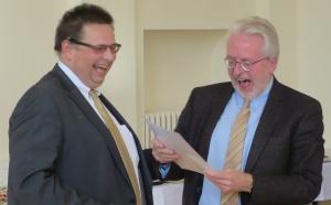 Sichtlich erfreut nimmt Stadtverordnetenvorsteher Gerd Krämer (CDU) aus den Händen von Andreas Bernhardt den Gutschein für eine kostenlose Jahresmitgliedschaft in der OBG entgegen. Er ließ allerdings offen, ob er ihn einlösen wird. Foto: Helmut Reichel